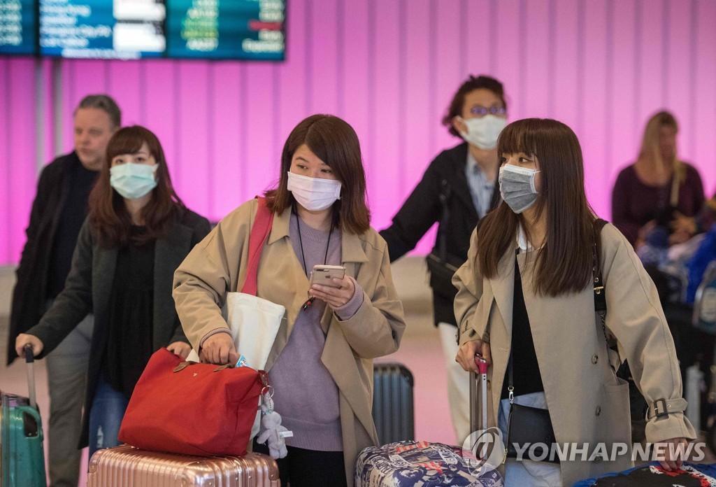 미국 LA 공항에서 마스크 쓴 승객들