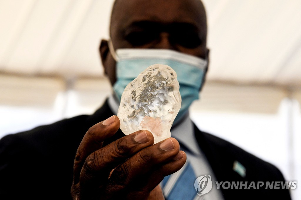 16일(현지시간) 보츠와나 수도 가보로네에서 모크위치 마시시 대통령이 1천98캐럿 다이아몬드를 들고 있다.