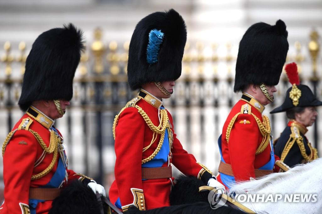 말을 타고 행진하는 찰스 왕세자와 윌리엄 왕세손, 앤드루 왕자(왼쪽부터)의 모습 [EPA=연합뉴스]