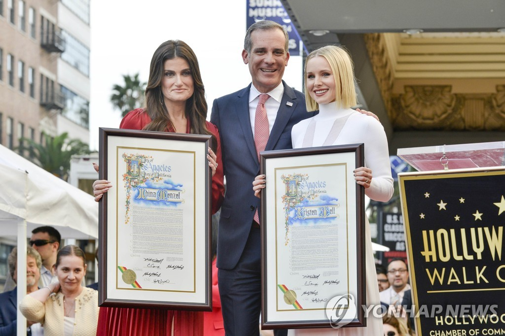 US-KRISTEN-BELL-AND-IDINA-MENZEL-ARE-HONORED-WITH-STARS-ON-THE-H
