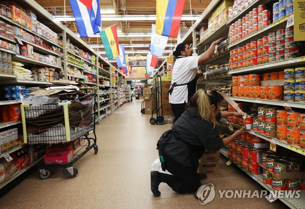 [AFP=연합뉴스 자료사진] 중남미 국가들의 국기로 장식된 캘리포니아주 소재 슈퍼마켓