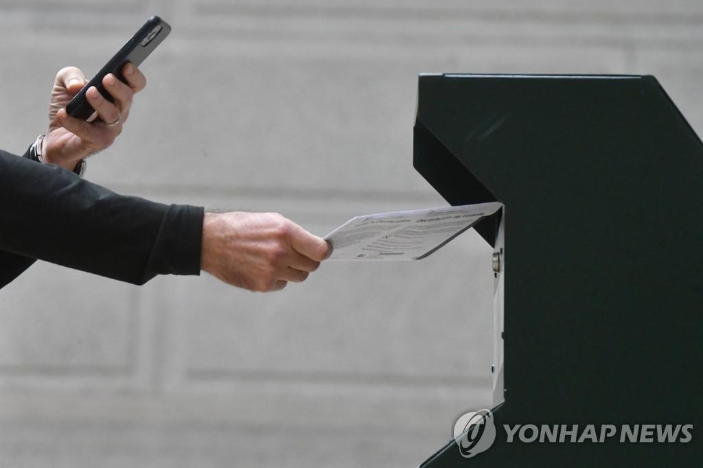 사전투표하며 사진찍는 미 유권자