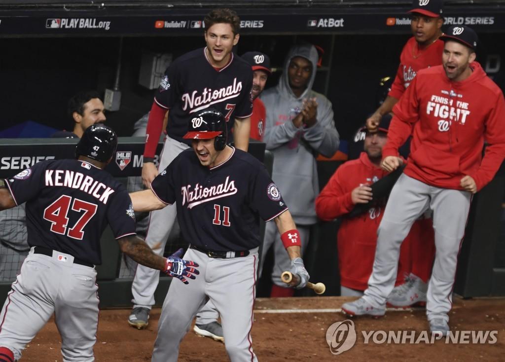 켄드릭의 역전 홈런에 기뻐하는 워싱턴 선수들