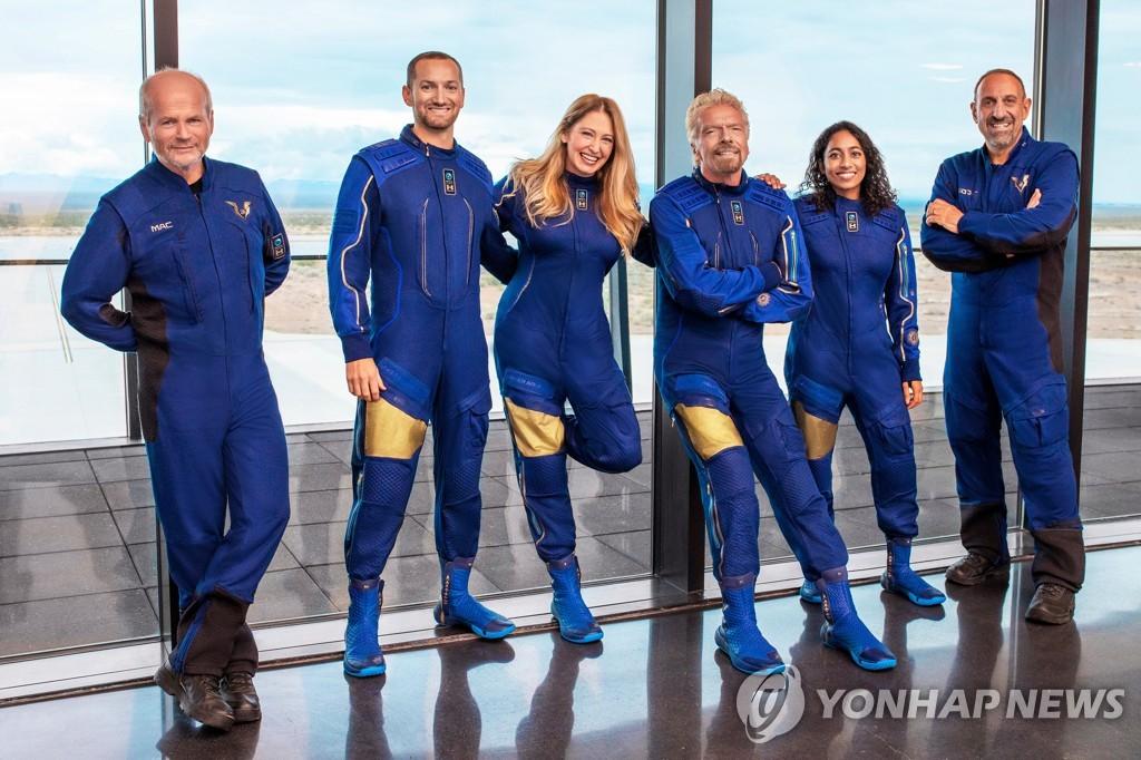 리처드 브랜슨(왼쪽에서 네 번째)과 함께 우주 비행을 함께할 사람들 [UPI=연합뉴스 자료사진]