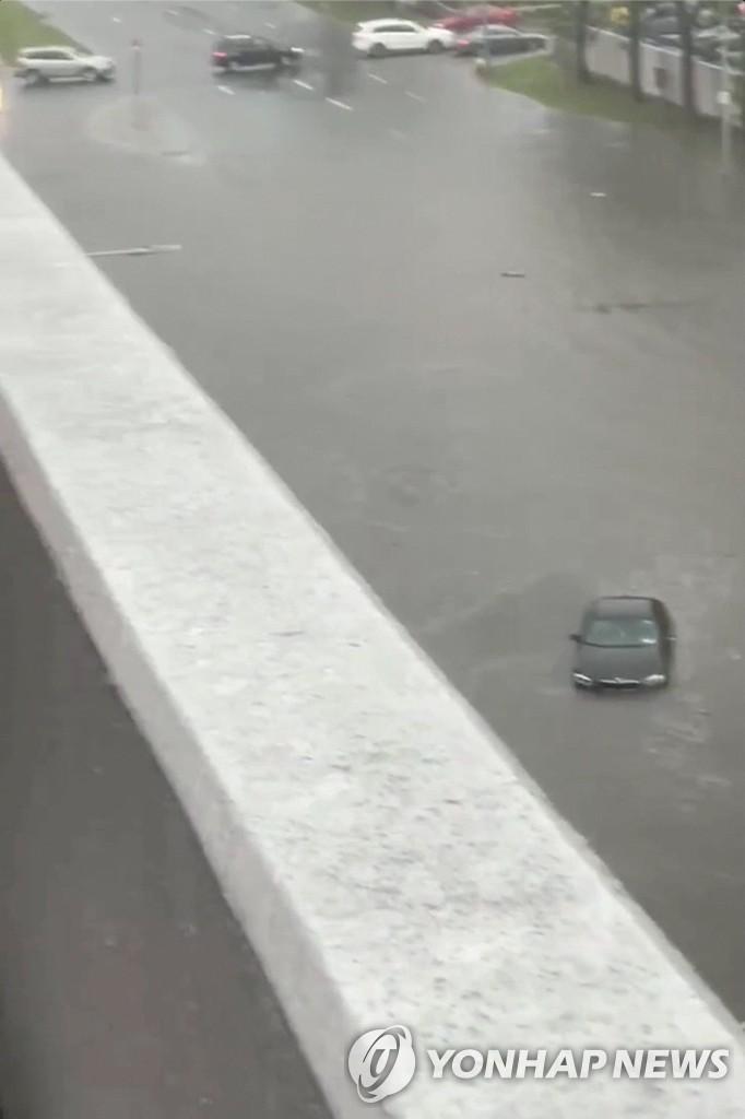 뉴욕 용커스의 한 도로에서 물에 빠진 자동차