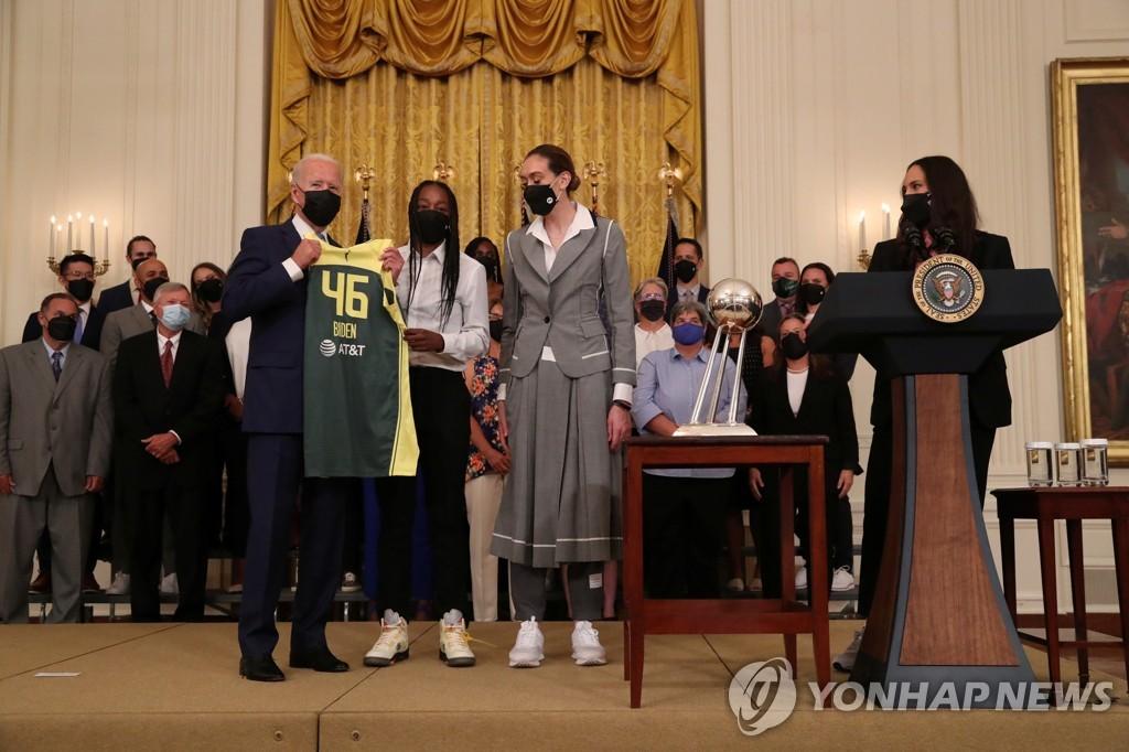 바이든 미국 대통령과 만난 WNBA 시애틀 선수단.