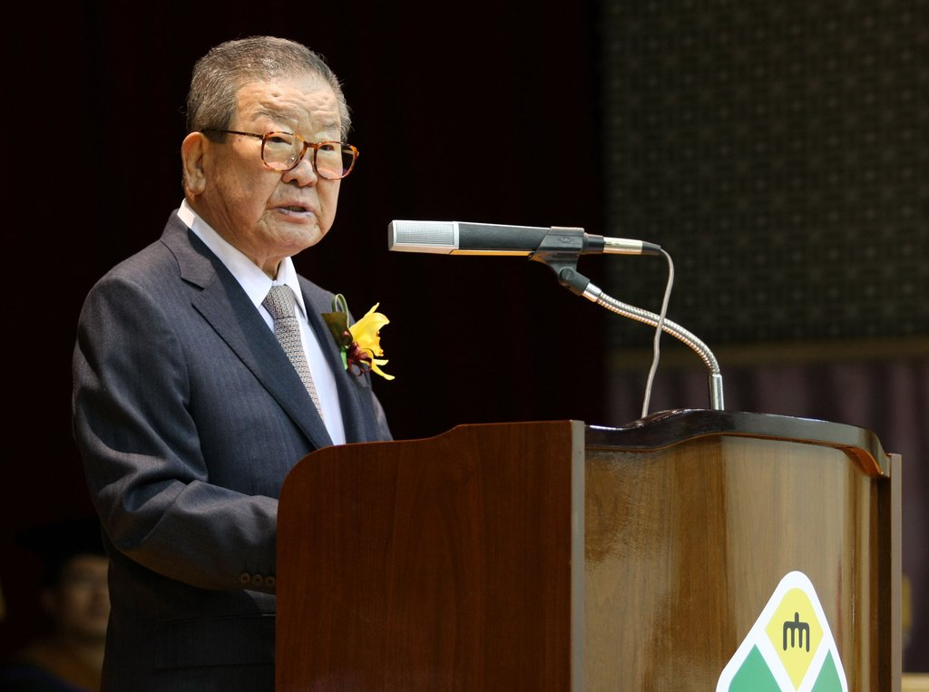 This photo, provided by LG Group on Dec. 14, 2019, shows Honorary Chairman Koo Cha-kyung delivering a speech at a university in Cheonan, South Chungcheong Province, in 2012. (PHOTO NOT FOR SALE) (Yonhap)