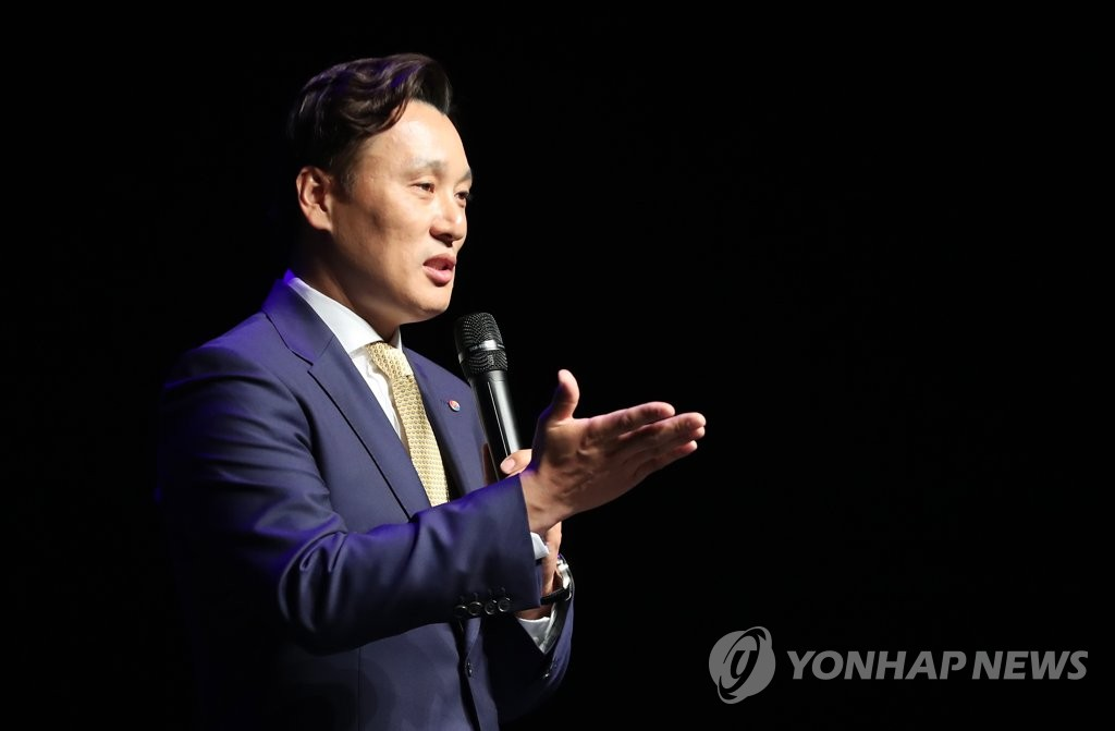 In this file photo from April 8, 2018, former South Korean baseball player Lee Seung-yuop speaks at the inauguration ceremony of his scholarship foundation in Daegu, 300 kilometers southeast of Seoul. (Yonhap)