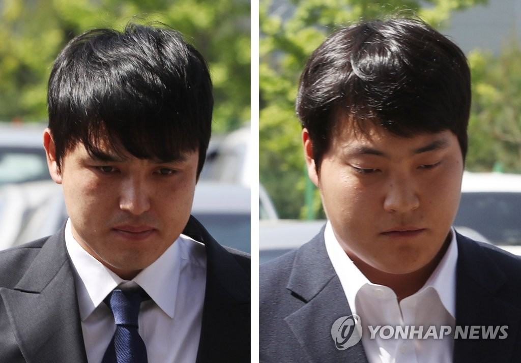 These file photos, from May 28, 2018, show Kiwoom Heroes' catcher Park Dong-won (L) and pitcher Cho Sang-woo arriving at Incheon Namdong Police Station in Incheon, 40 kilometers west of Seoul, for questioning over sexual assault allegations. (Yonhap)