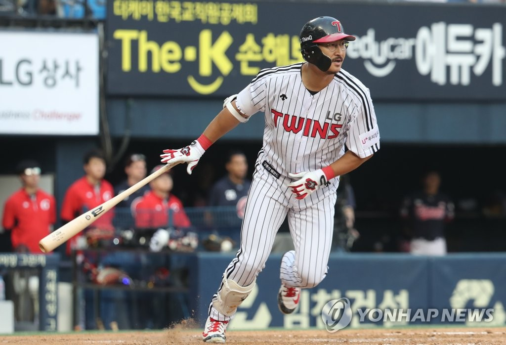 In this file photo from June 23, 2018, Park Yong-taik of the LG Twins watches his double against the Lotte Giants in the bottom of the fourth inning of a Korea Baseball Organization (KBO) regular season game at Jamsil Stadium on June 23, 2018. It was Park's 2,319th career hit, crowning him as the new all-time hit king in the KBO. (Yonhap)