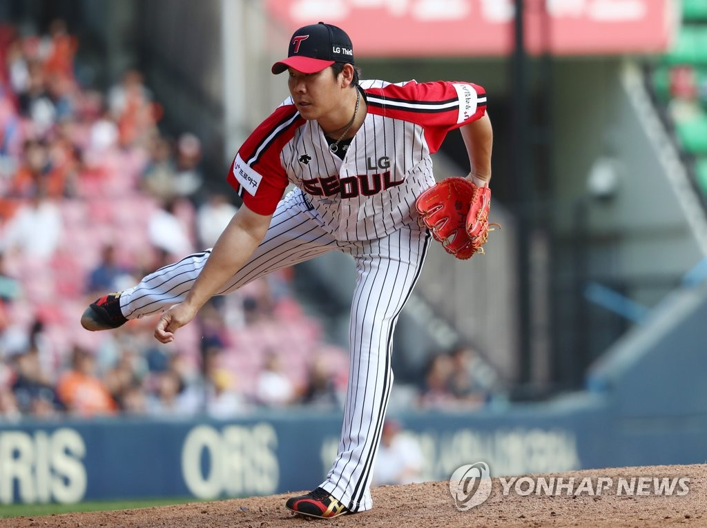 In this file photo from Sept. 9, 2018, Jeong Chan-heon of the LG Twins throws a pitch against the Hanwha Eagles in the top of the ninth inning of a Korea Baseball Organization regular season game at Jamsil Stadium in Seoul. (Yonhap)