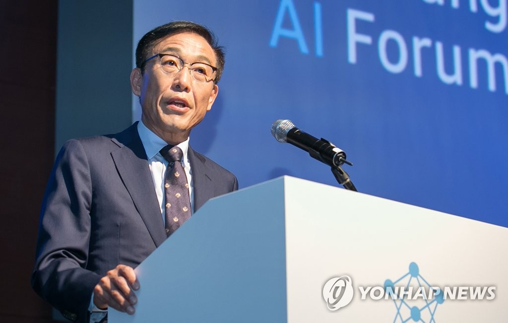 This photo provided by Samsung Electronics Co. shows Kim Ki-nam, the head of Samsung's device solutions division, delivering an opening speech at a forum at a Samsung building in southern Seoul on Sept. 12, 2018. (Yonhap)
