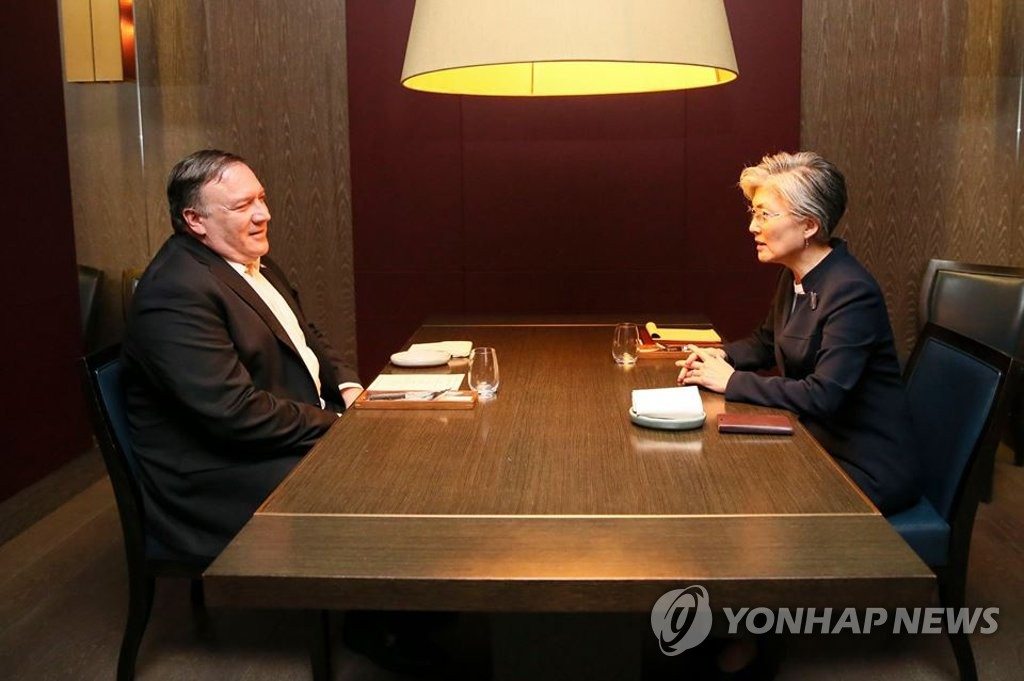South Korean Foreign Minister Kang Kyung-wha (R) talks with U.S. Secretary of State Mike Pompeo in Seoul on Oct. 7, 2018, in this photo provided by her office. (Yonhap)