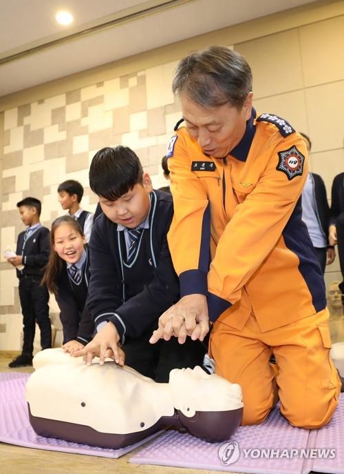 심폐소생술 교육하는 소방청장[연합뉴스 자료사진]