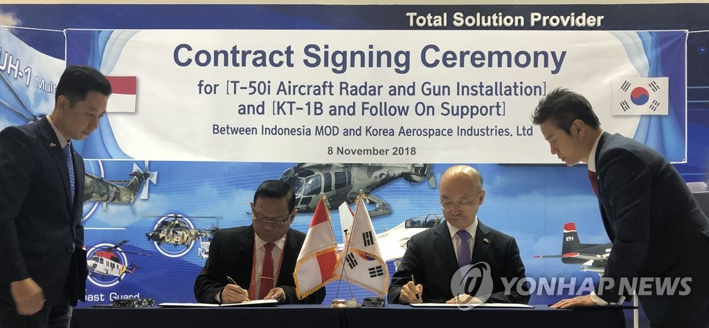 Top officials from Korea Aerospace Industries and Indonesia's defense ministry sign an export contract on the sidelines of the Indo Defence 2018 Expo & Forum in Jakarta on Nov. 8, 2018, in this photo provided by the Joint Press Corps. (Yonhap)