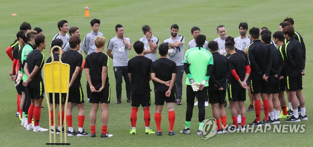 In this file photo taken on Nov. 18, 2018, South Korea national football team players and coaches gather ahead of their training at Perry Park in Brisbane, Australia. (Yonhap)