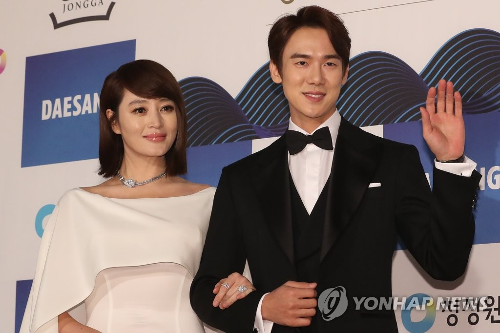 Actors Kim Hye-soo and Yoo Yeon-seok pose for photos upon arriving at the 39th Blue Dragon Awards ceremony at Seoul's Kyunghee University on Nov. 23, 2018. (Yonhap)