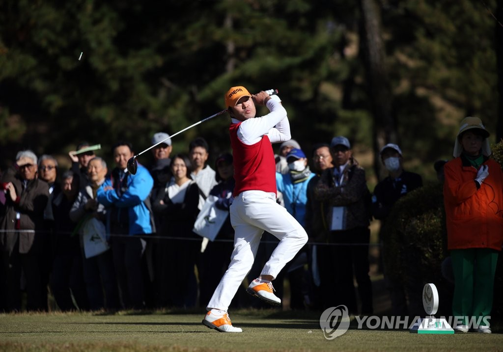 This file photo provided by the Korea PGA on Nov. 30, 2018, shows South Korean golfer Choi Ho-sung after a tee shot at the fourth hole during the second round of the Golf Nippon Series JT Cup tournament at Tokyo Yomiuri Country Club in Tokyo. (Yonhap)