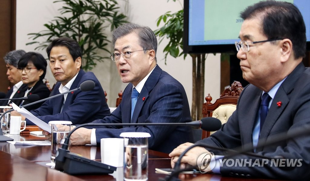 This photo, taken on Dec. 10, 2018, shows President Moon Jae-in (2nd from R) presiding over a meeting with his aides at the presidential office Cheong Wa Dae. (Yonhap)