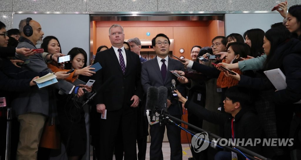 "Lee Do-hoon (R), Seoul's top nuclear envoy, and his American counterpart, Stephen Biegun, talk to reporters on Dec. 21, 2018, in this file photo, after their second round of ""working group"" talks. (Yonhap)"