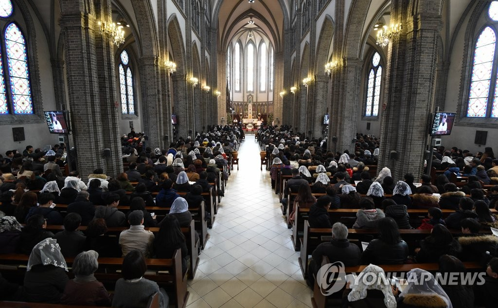 This file photo taken Dec. 25, 2018, shows Christmas Mass taking place at Myeongdong Cathedral in central Seoul. (Yonhap)