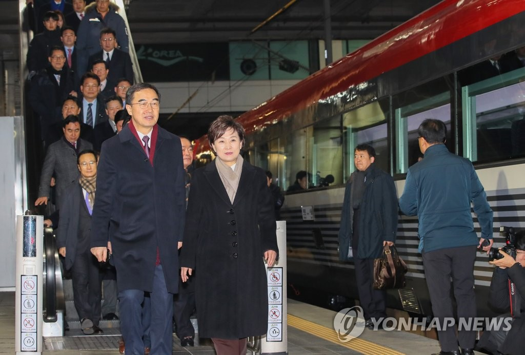 Unification Minister Cho Myoung-gyon (L), Transport Minister Kim Hyun-mee and other South Koreans walk toward a train ready to depart Seoul Station for North Korea to attend a groundbreaking ceremony for a joint project to modernize and reconnect roads and railways over the heavily armed inter-Korean border on Dec. 26, 2018. (Yonhap)