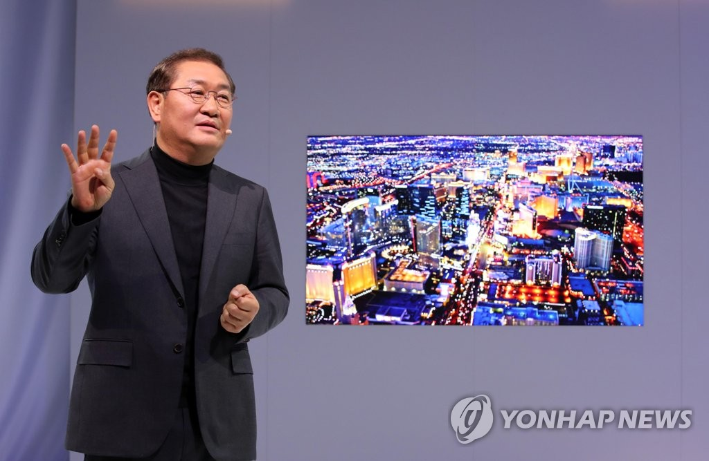 In this file photo taken on Jan. 8, 2019, Samsung Electronics President Han Jong-hee explains the company's Micro LED screen at CES 2019 in Las Vegas, Nevada. (Yonhap)