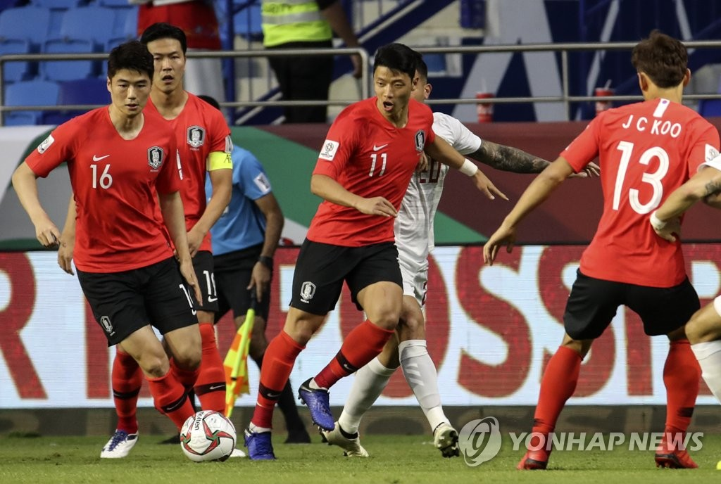 In this file photo taken on Jan. 7, 2019, South Korea's Ki Sung-yueng (L) dribbles during a Group C match against the Philippines at the AFC Asian Cup at Al Maktoum Stadium in Dubai, the United Arab Emirates. (Yonhap)
