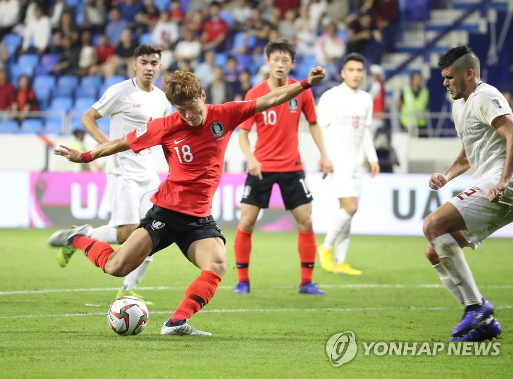 South Korea's Hwang Ui-jo (L) attempts for a goal against the Philippines during a Group C match at the AFC Asian Cup at Al Maktoum Stadium in Dubai, the United Arab Emirates, on Jan. 7, 2019. (Yonhap)