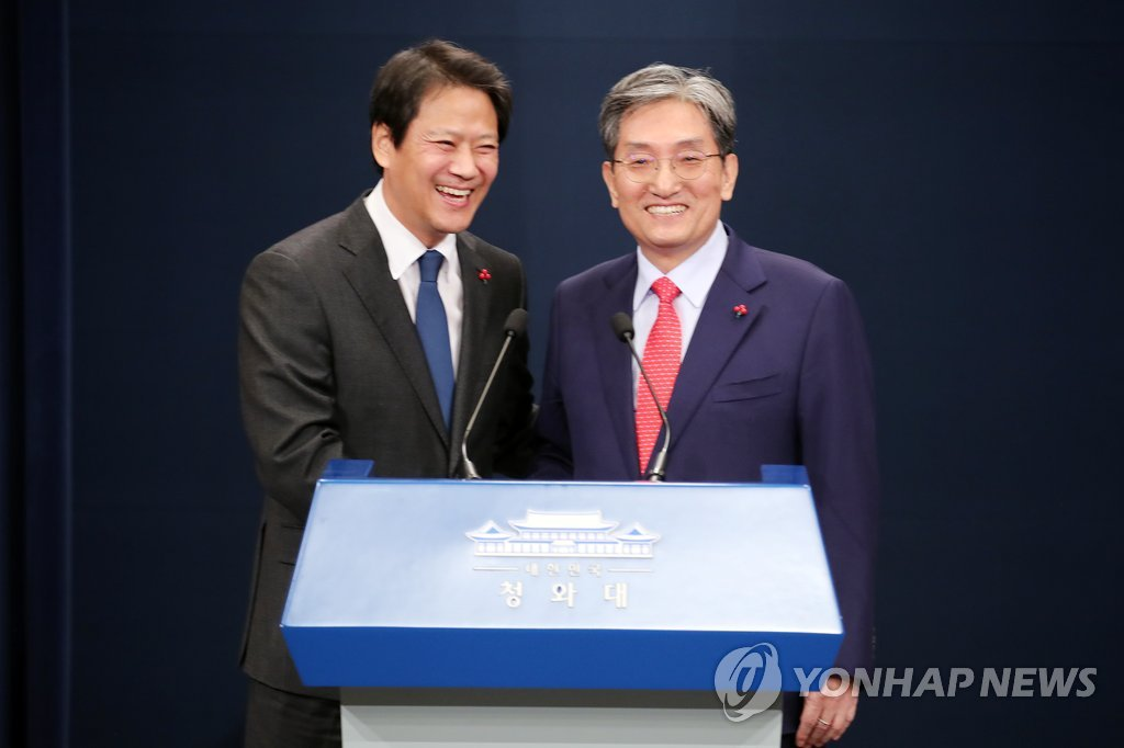 Noh Young-min (R), new chief of staff for President Moon Jae-in, shakes hands with his outgoing predecessor Im Jong-seok during a press conference held at the presidential office Cheong Wa Dae in Seoul on Jan. 8, 2019. (Yonhap)