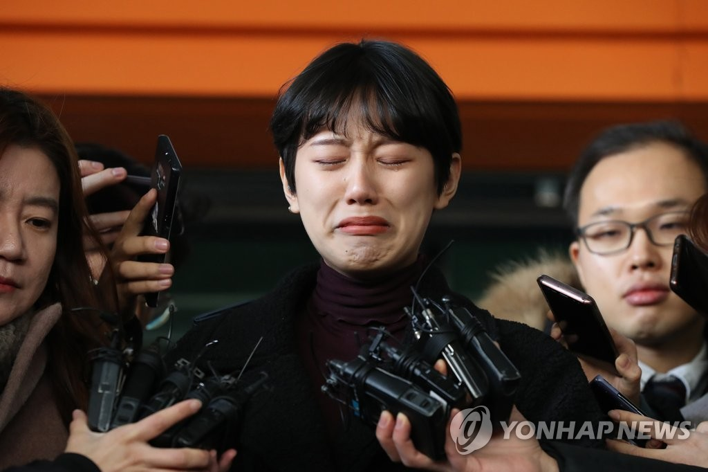 Yang Ye-won, the plaintiff in a case of illegal nude photo leaking and sexual molestation, becomes emotional ahead of the sentencing trial of a man accused of abusing her at the Seoul Western District Court on Jan. 9, 2019. (Yonhap)
