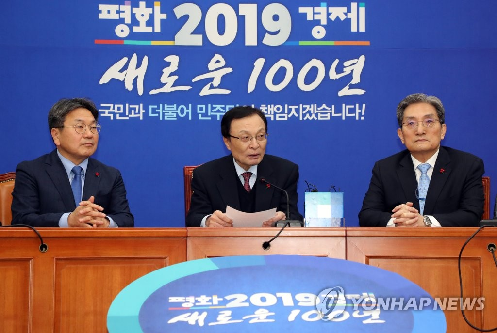 Lee Hae-chan (C), the ruling Democratic Party's chairman, meets with Noh Young-min (R), President Moon Jae-in's new chief of staff, and Kang Gi-jung, the new top presidential secretary for political affairs, at the National Assembly on Jan. 11, 2019. (Yonhap)