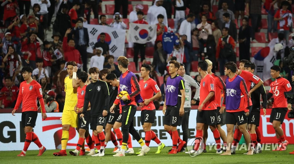 South Korean players leave the field after defeating Bahrain 2-1 in the round of the 16 at the Asian Football Confederation (AFC) Asian Cup at Rashid Stadium in Dubai, the United Arab Emirates, on Jan. 22, 2019. (Yonhap)