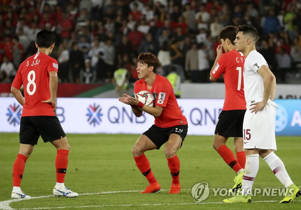 South Korea's Hwang Ui-jo (C) reacts after his goal was disallowed for offside during the 2019 AFC Asian Cup quarterfinal match against Qatar at Zayed Sports City Stadium in Abu Dhabi, the United Arab Emirates, on Jan. 25, 2019. (Yonhap)