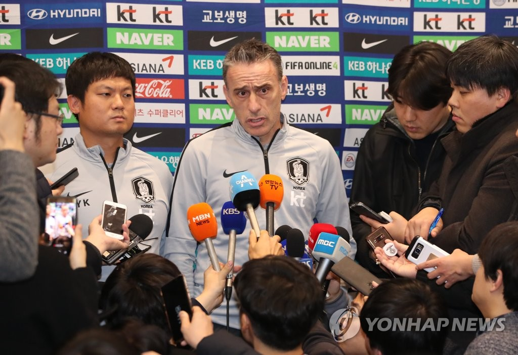 South Korea national football team head coach Paulo Bento (C) speaks to reporters at Incheon International Airport in Incheon on Jan. 28, 2019, after returning from the 2019 AFC Asian Cup in the United Arab Emirates. (Yonhap)