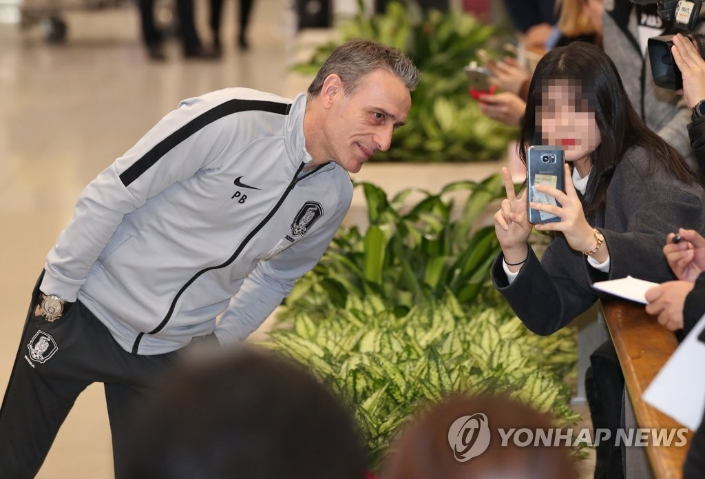 South Korea national football team head coach Paulo Bento (L) takes a selfie with a fan at Incheon International Airport in Incheon on Jan. 28, 2019, after returning from the 2019 AFC Asian Cup in the United Arab Emirates. (Yonhap)