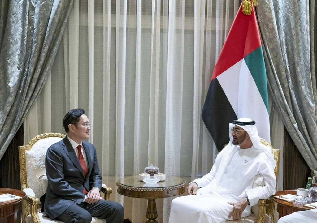 Samsung Electronics Vice Chairman Lee Jae-yong (L), the de facto leader of South Korea's top conglomerate, Samsung Group, meets Crown Prince of Abu Dhabi Mohammed bin Zayed Al-Nahyan in Abu Dhabi on Feb. 11, 2019, in this photo captured from the latter's Twitter account. (Yonhap)