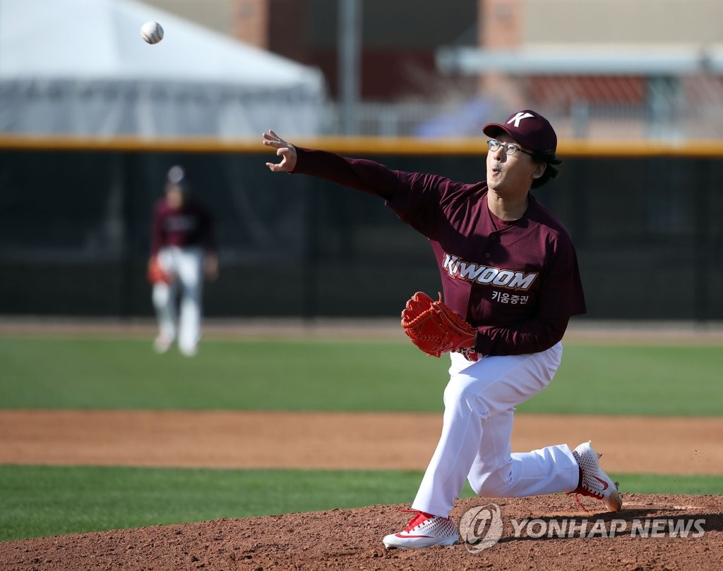 Hur Min, chairman of the board of directors for the Kiwoom Heroes baseball club, throws a pitch in a spring training intrasquad game at Peoria Sports Complex in Peoria, Arizona, on Feb. 17, 2019. (Yonhap)