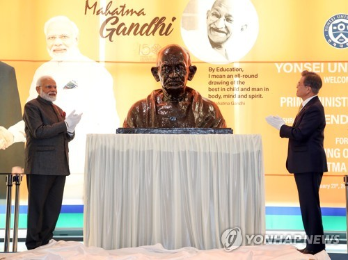 (LEAD) Leaders of S. Korea, India celebrate 150th anniversary of birth of Gandhi