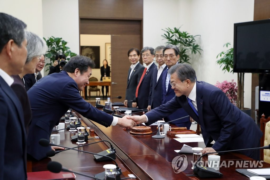 South Korean President Moon Jae-in (R) shakes hands with Prime Minister Lee Nak-yon at the start of a National Security Council Meeting held at the presidential office Cheong Wa Dae in Seoul on March 4, 2019. (Yonhap)