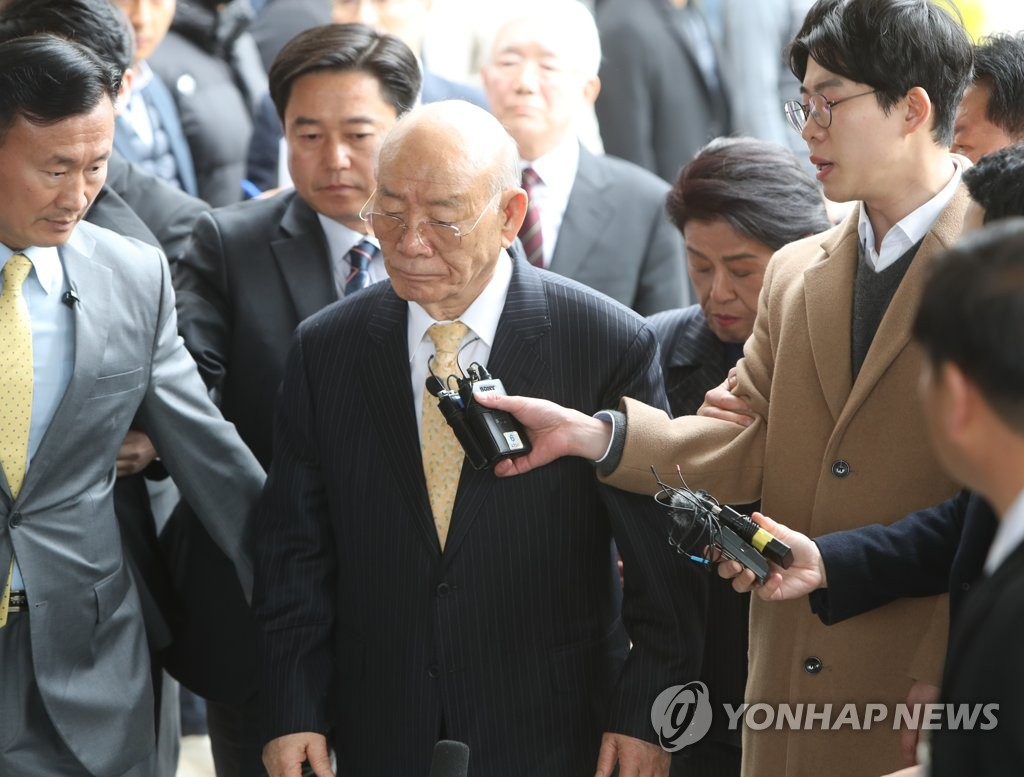 Former President Chun Doo-hwan arrives at the Gwangju District Court on March 11, 2019, to attend a libel trial over his controversial memoirs in which he allegedly defamed victims of the 1980 pro-democracy uprising. (Yonhap)