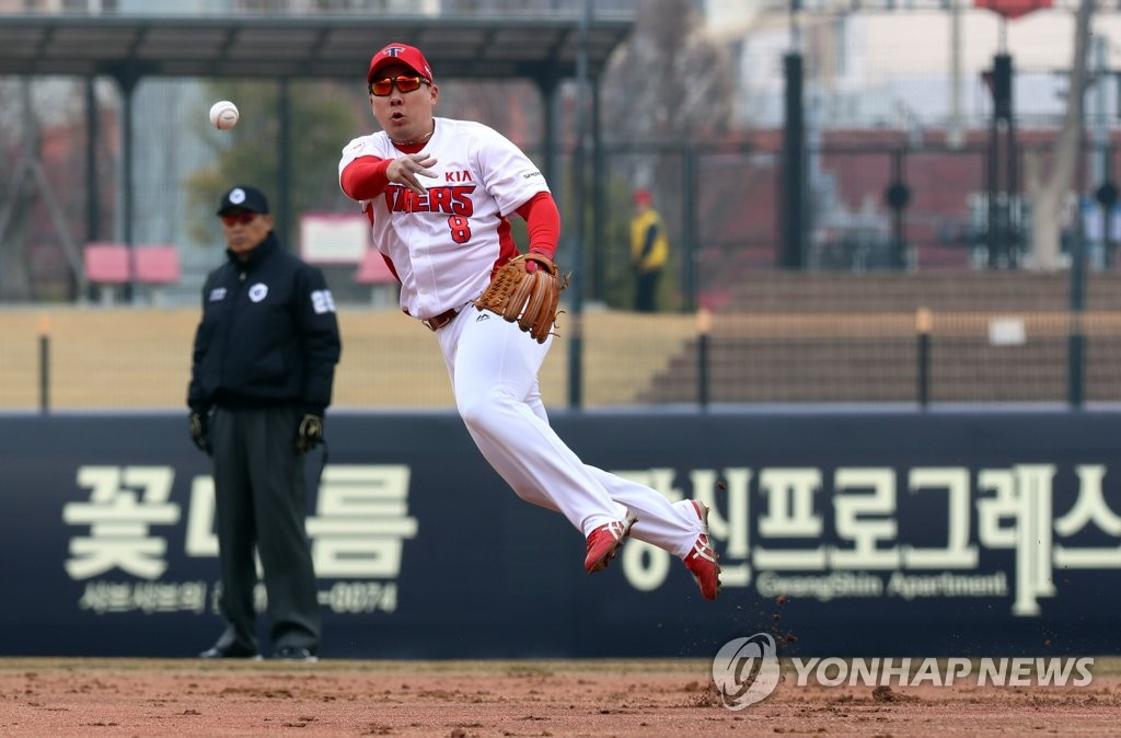 In this file photo from March 12, 2019, Kia Tigers' second baseman An Chi-hong makes a throw to first base against the SK Wyverns in the top of the second inning of a Korea Baseball Organization preseason game at Gwangju-Kia Champions Field in Gwangju, 330 kilometers south of Seoul. (Yonhap)