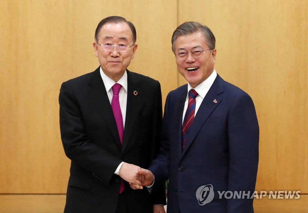 South Korean President Moon Jae-in (R) shakes hands with Ban Ki-moon, former secretary-general of the United Nations, before the start of their meeting at the presidential office Cheong Wa Dae in Seoul on March 21, 2019. (Yonhap)