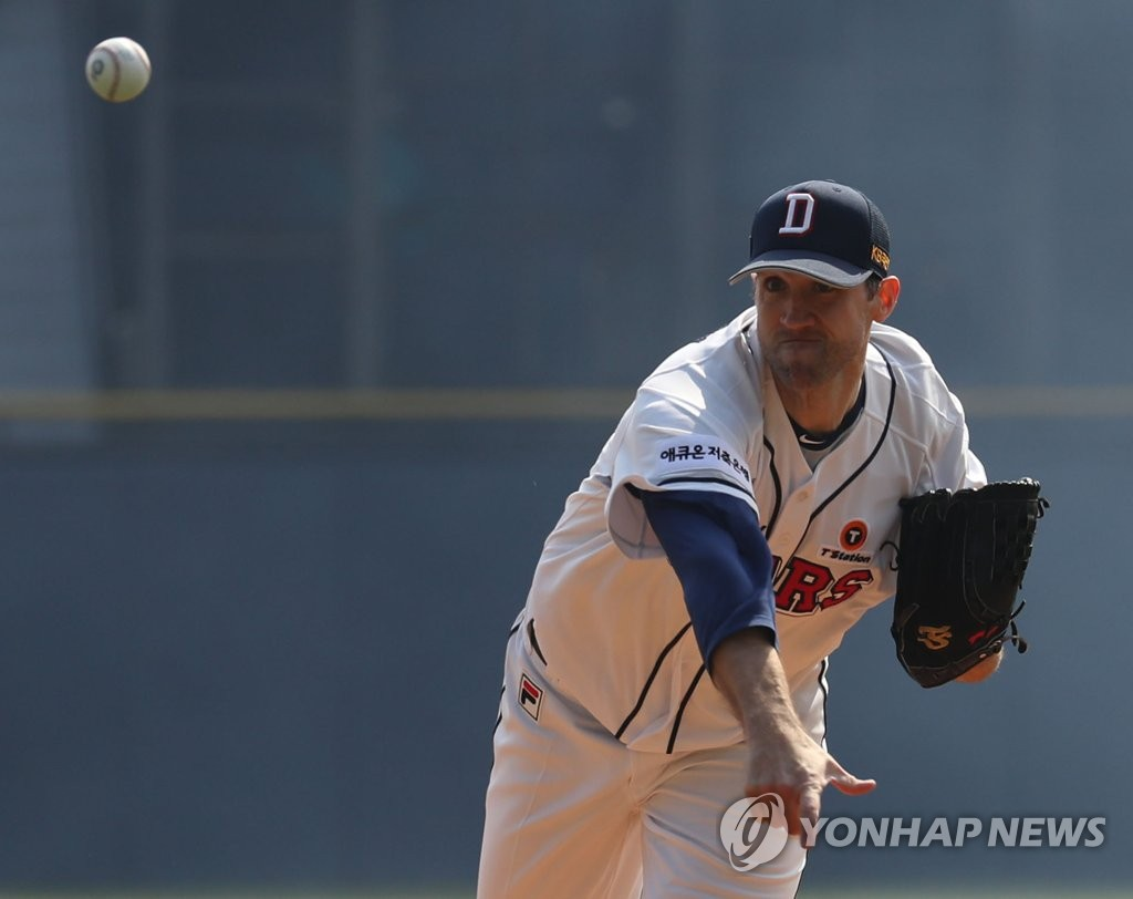 Josh Lindblom of the Doosan Bears throws a pitch against the Hanwha Eagles in a Korea Baseball Organization regular season game at Jamsil Stadium in Seoul on March 23, 2019. (Yonhap)