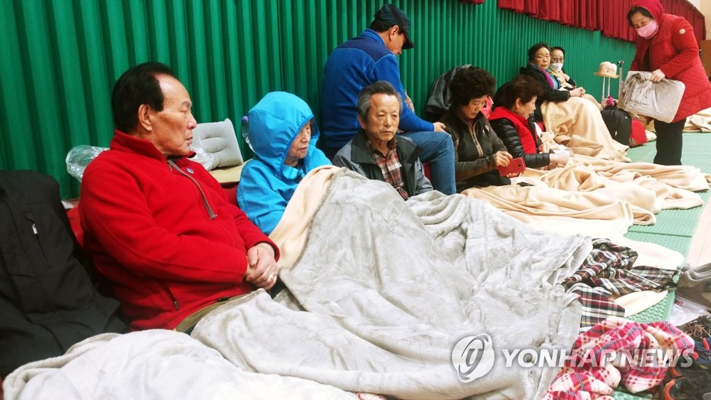 Residents visit a shelter in the northeastern border town of Goseong on April 4, 2019. (Yonhap)