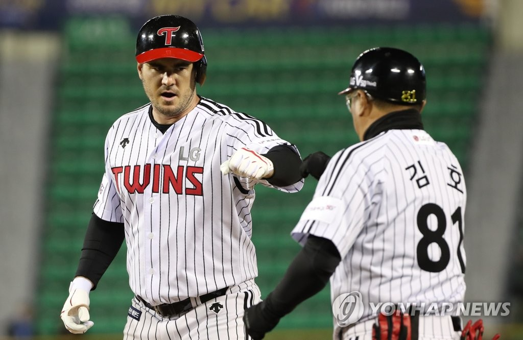 In this file photo from April 10, 2019, Tommy Joseph of the LG Twins (L) bumps fists with his first base coach Kim Ho after a single against the Samsung Lions in the bottom of the fifth inning of a Korea Baseball Organization regular season game at Jamsil Stadium in Seoul. (Yonhap)