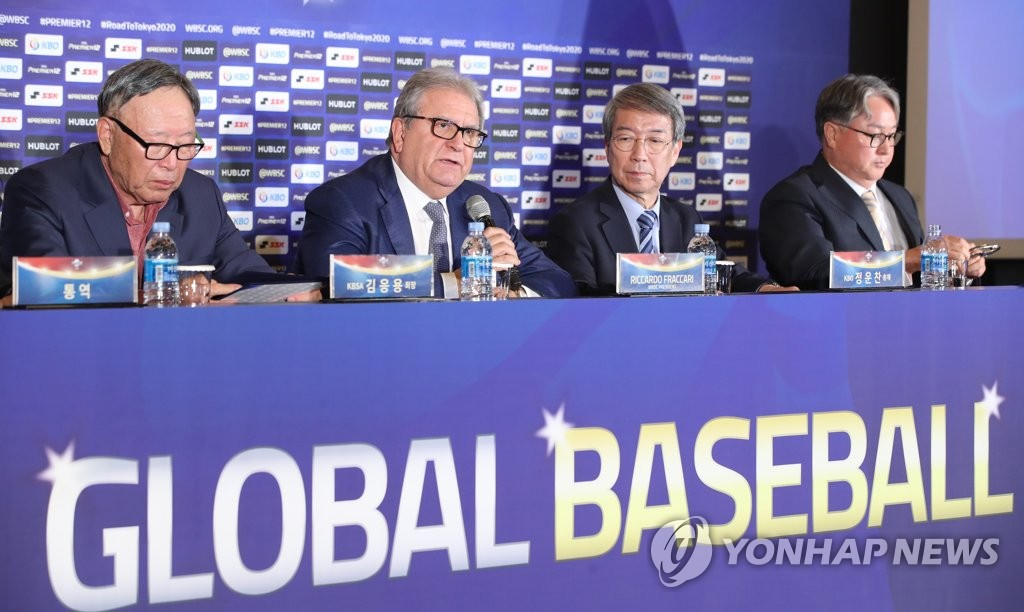 From left: Kim Eung-yong, president of the Korea Baseball Softball Association, Riccardo Fraccari, president of the World Baseball Softball Confederation, Chung Un-chan, commissioner of the Korea Baseball Organization, and Kim Kyung-moon, manager of the South Korean national baseball team, attend a press conference in Seoul on April 15, 2019, announcing Group C schedule for the Premier 12 tournament in the South Korean capital. (Yonhap)