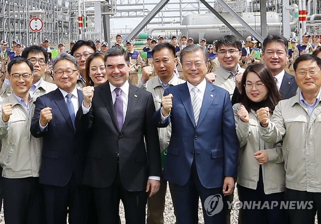 South Korean President Moon Jae-in and Turkmen President Gurbanguly Berdimuhamedow pose for photographers during their visit to the Central Asian country's first petrochemical plant in Kiyanly, 500 kilometers west of Ashgabat, on April 18, 2019. (Yonhap)
