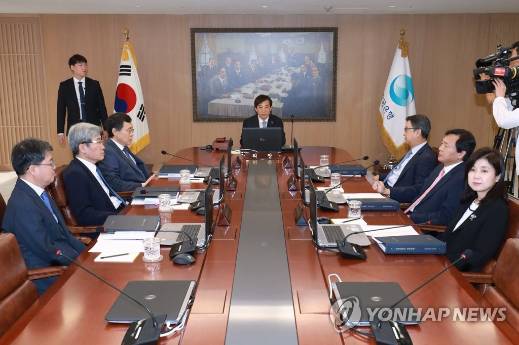 In the photo taken on May 31, 2019, Bank of Korea Gov. Lee Ju-yeol (C) chairs the rate-setting meeting of the bank's seven-member Monetary Policy Board held at the central bank's headquarters building in Seoul. (Yonhap)
