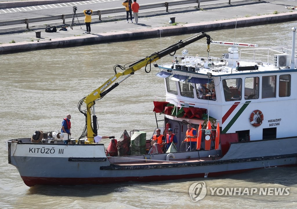 Hungarian workers search for missing victims of a tourist boat sinking in the Danube River in Budapest, Hungary, on June 1, 2019. (Yonhap)